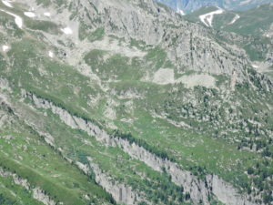 Refuge les Grands and the trail coming down into the valley